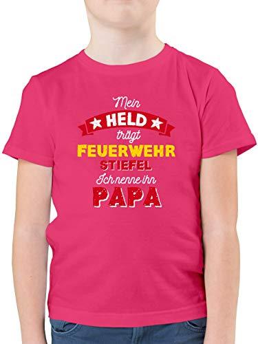 Vatertagsgeschenk Tochter & Sohn Kinder - Mein Held trägt Feuerwehrstiefel - 128 (7/8 Jahre) - Fuchsia - t-Shirt 152 Jungs - F130K - Kinder Tshirts und T-Shirt für Jungen
