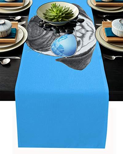 FAMILYDECOR Camino de mesa de arpillera de lino, bufandas de 45,7 x 182,8 cm, diseño de perro carlino con gafas de sol, caminos de mesa para fiestas de vacaciones, comedor, cocina, decoración de boda