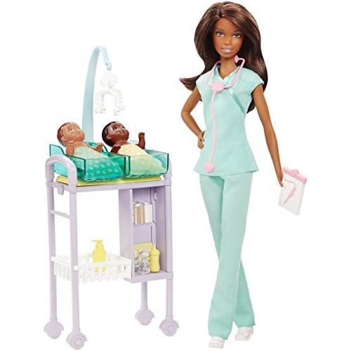 Barbie- Baby Doctor Playset Pediatra con Capelli Castani, Accessori a Tema, Set per Le Visite e 2 Piccoli Pazienti, Multicolore, DVG12