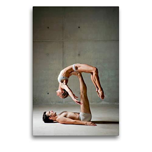 La bailarina de ballet se encuentra relajada en los pies de su pareja., 50 x 75 cm