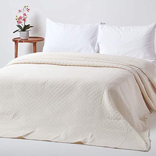 Homescapes cremeweiße Tagesdecke mit Diamant-Muster, klassischer Bettüberwurf 230 x 260 cm im Matelassé-Erscheinungsbild, 80prozent Baumwolle, 20prozent Polyester