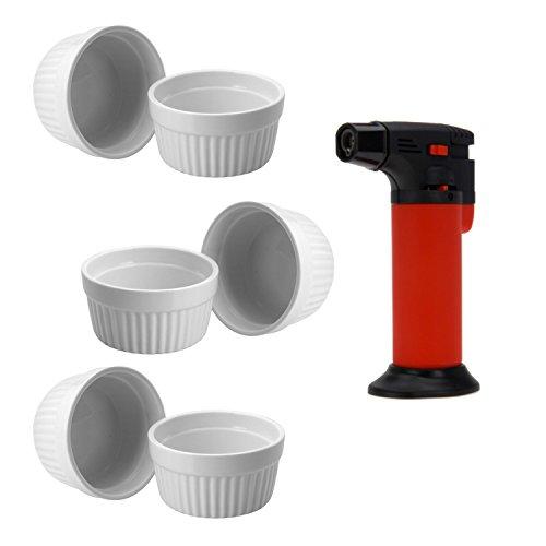 ToCi Creme Brulee Set 7-teilig | 6 weiße Creme Brulee Förmchen 9 cm | 1x Flambiergerät | Schälchen für Ragout Fin | Pastetenform aus Keramik | auch für Schoko-Souffle