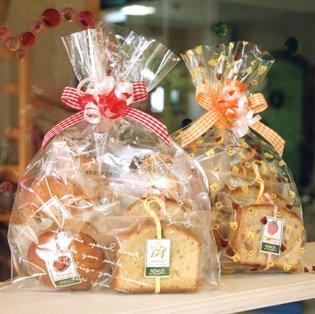 焼き菓子ギフトバッグ〜和歌山産フルーツを焼き込んだ焼き菓子7個(パウンドケーキ,マドレーヌ,カップケーキ)入り(リボンラッピング込み)【クリスマス・年賀・プレゼント・お祝い・お礼に】