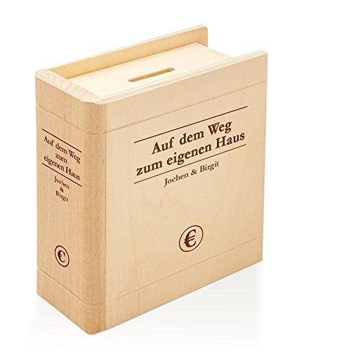 Spardose Buch aus Holz mit Gravur – Auf dem Weg zum eigenen Haus – Personalisiert mit Namen - Sparbuch als originelles Hochzeitsgeschenk - Geldgeschenk-Sparbüchse aus Ahornholz - 13,5 x 16,5 x 6,5 cm