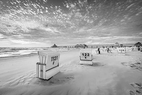Voss Fine Art Photography Leinwandbild 90 x 60 cm. Heringsdorf auf Usedom mit Strand und Strandkörben. Schwarz-weiß Bild. Foto als Leinwand Wandbild.
