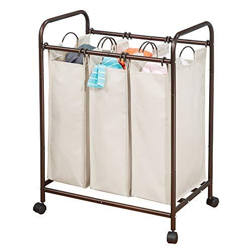 mDesign Cesta para ropa sucia con 3 compartimentos y ruedas – Práctica cesta para colada realizada en metal y poliéster – Gran carro con ruedas para baño o lavadero – bronce/crema