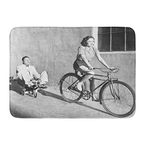 Badkamer tapijt Bad Mat Deurmat Ingang Mat Grappige Vrouw op Fiets Trekken Grown Man Speelgoed Tricycle Ride Guy Leuke Badkamer Decor Tapijt Badmat 60x40cm
