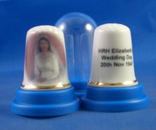 Porzellan Sammlerstück Fingerhut Königin Elizabeth ll Brautkleid