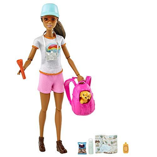 Barbie Senderista Muñeca articulada morena con moda de montaña, accesorios y mascota de juguete (Mattel GRN66)