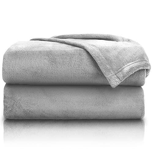 PURE LABEL 2er Set Kuscheldecke grau 150x200 cm mit Premium Soft Finish. Doppelpack Hochwertige, Flauschige Fleecedecke als Wohndecke, Tagesdecke oder Sofaüberwurf