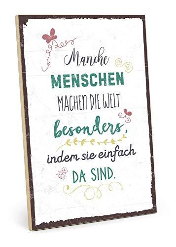 Holzschild mit Spruch – Manche Menschen Machen DIE Welt BESONDERS – im Vintage-Look mit Zitat als Geschenk und Dekoration (Größe: 19, 5 x 28, 2 cm) Mit Hanfseil