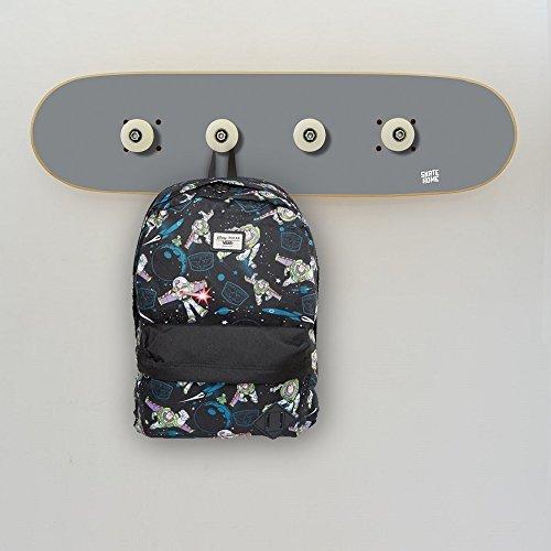 Un Perchero Muy Original para un Skater, Gris