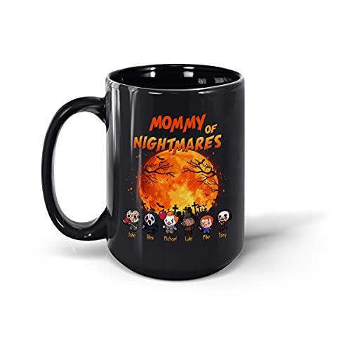 """Taza de té de cerámica con texto en inglés """"Mommy of Nightmares"""", diseño de personajes de película de terror Chibi, camiseta de Halloween, nombres personalizados, taza de café (negro, 15 onzas)"""