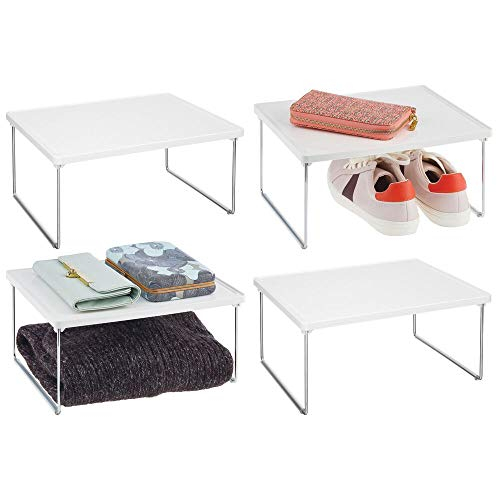 mDesign Juego de 4 estantes adicionales para ropa – Balda auxiliar de metal y plástico para sumar espacio de almacenaje en los armarios – También útil como organizador de armarios de cocina – blanco