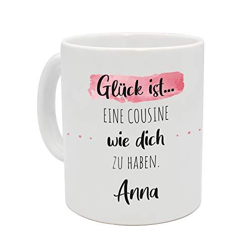 Personalisierte (Glück ist....) Kaffee Tasse mit eigenen Wunschname. Für die Beste Freundin, Opa, Oma, Mama, Papa. Schönes Geschenk oder kleine Aufmerksamkeit (Blau auf Weiß) (Cousine - Rosa)