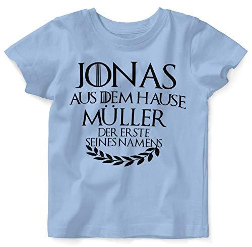 Mikalino Baby/Kinder T-Shirt mit Spruch für Jungen Mädchen Unisex Kurzarm Individueller Name 'aus dem Hause | handbedruckt in Deutschland | Handmade with Love, Farbe:Sky, Grösse:92/98