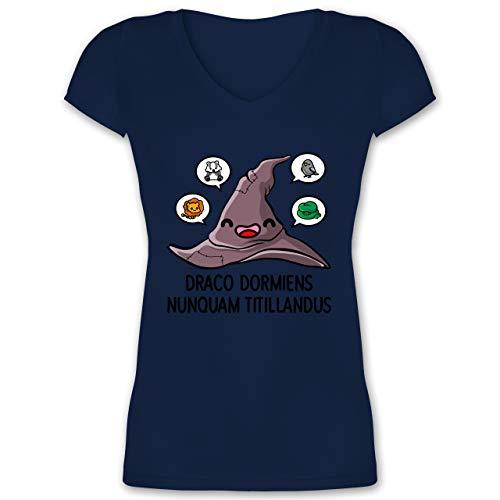 Nerds & Geeks - Zauberhut mit Wappentieren - XXL - Dunkelblau - Kitzle Niemals einen schlafenden Drachen - XO1525 - Damen T-Shirt mit V-Ausschnitt
