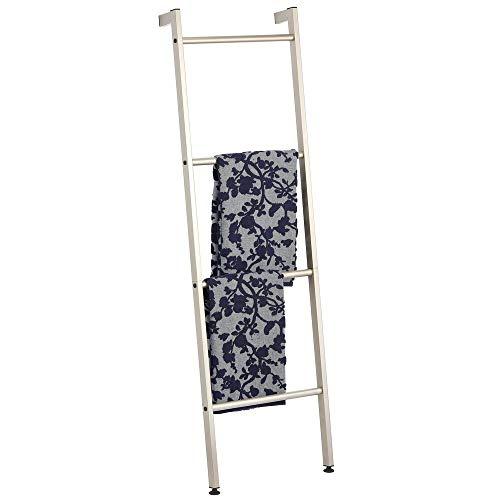 mDesign Organizador de baño para Colgar Toallas con Forma de Escalera – Toallero de pie con Cuatro Barras de Metal – Colgador de Toallas, Ropa o periódicos – Beige