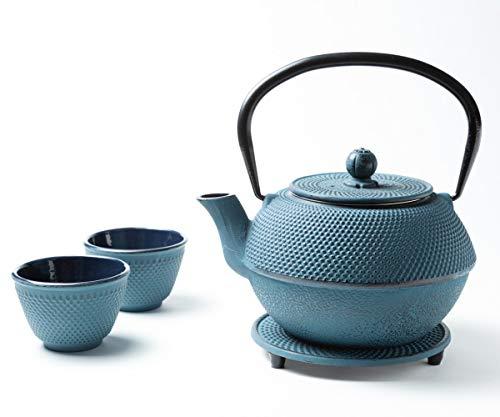 Tealøv TEEKANNE GUSSEISEN 1,1 Liter - KOMPLETTES Set Gusseisen Teekanne mit Sieb aus rostfreiem Edelstahl, Untersetzer und Teetassen – Teeservice im Japanischen Stil - Arare - Blau
