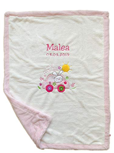 Flauschig warme Decke mit GRATIS Bestickung (Name + Geburtsdatum o.Ä.) - und mit wunderschöner Motiv Applikation - (Weiss mit Rosa - Auto)