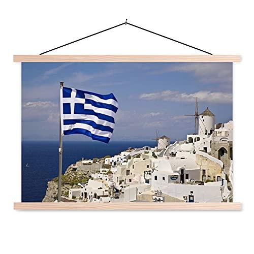 Textilposter - Flagge von Griechenland an einem Dorf - 90x60 cm - mit holzfarbenen Rahmen