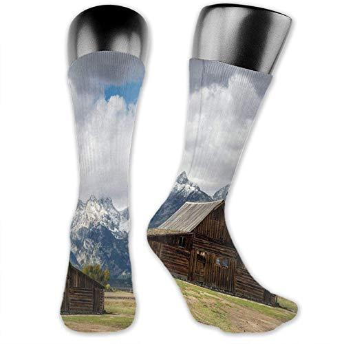 XCNGG Chaussettes Compression mi-mollet mi-mollet, paysage de vieux chalet en bois rustique et montagnes enneigées avec de gros nuages moelleux