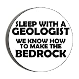 Gifts & Gadgets Co. Anstecknadel 'Sleep With A Geologist We Know How To Make The Bedrock', 44 mm, klein, rund