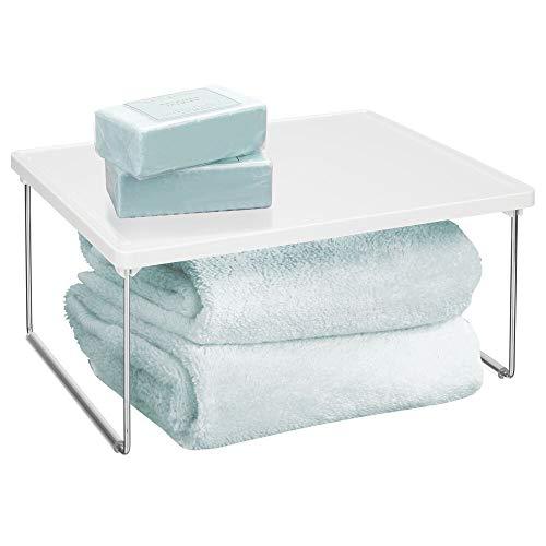 mDesign 2-stufige Badablage für den Waschtisch – klappbares Badregal für Pflegeartikel, Kosmetiktücher, Accessoires usw. – kleines Stapelregal aus Kunststoff und Metall – weiß und silberfarben