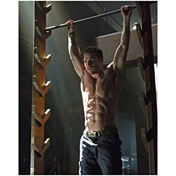 Stephen Amell 8x10 Photo ARROW shirtless working out
