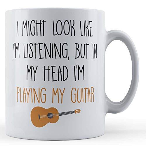 Grappige mok gitarist, bandlid, ik zou eruit kunnen zien alsof ik luister, maar in mijn hoofd speel ik mijn gitaar - cadeaumok van Vader Fox