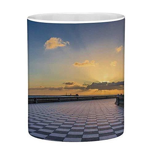 Lustige Kaffeetasse mit Zitat-italienischem Dekor 11 Unzen Lustige Kaffeetasse Ansicht von Livorno Italien bei Sonnenuntergang Berühmtes Terrazza Mascagni Quadrat Dramatischer Himmel Mehrfarben