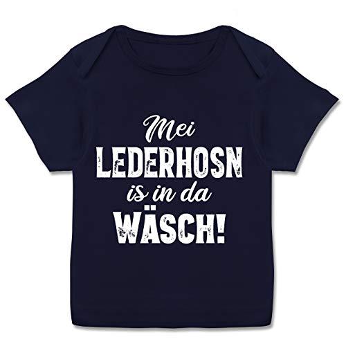 Oktoberfest & Wiesn Baby - MEI Lederhosn is in da Wäsch! - weiß - 56-62 - Navy Blau - Baby Lederhosen Jungen - E110B - Kurzarm Baby-Shirt für Jungen und Mädchen