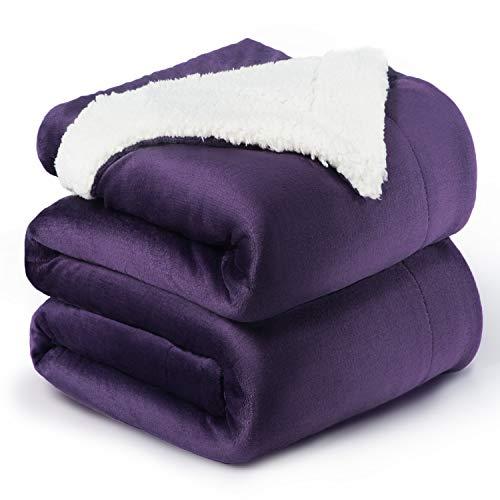 Bedsure Sherpa Decke Lila zweiseitige Wohndecken Kuscheldecken, extra Dicke warm Sofadecke/Couchdecke aus Sherpa, 220x240 cm super flausch Fleecedecke als Sofaüberwurf oder Wohnzimmerdecke