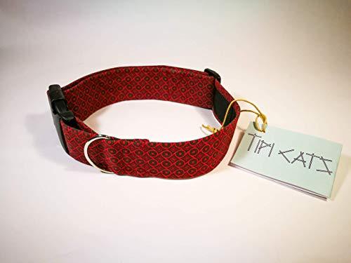 Collar estampado geométrico rojo y negro. Con cierre de plástico y hebilla metálica para correa.