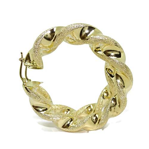 Orecchini a cerchio molto grandi in oro giallo 18 kt opaco e lucido, tubo da 1 cm di larghezza 6,20 cm di diametro esterno. Chiusura facile click. Peso: 21,20 g di oro da 18 carati.