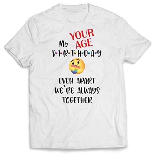 lepni.me Maglietta da Uomo Personalizzato Buon Compleanno Quarantena Anche a Parte Siamo Insieme (Small Bianco Multicolore)