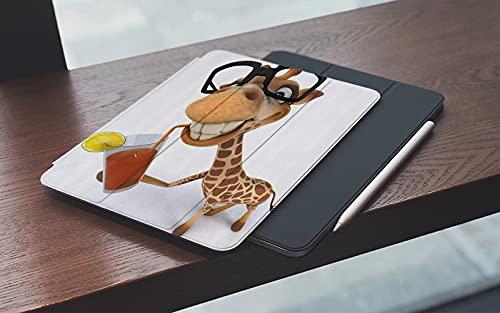 MEMETARO Funda para iPad (9,7 Pulgadas 2018/2017 Modelo), Animales de Dibujos Animados Jirafa Divertida con Gafas Bebiendo Jugo Smart Leather Stand Cover with Auto Wake/Sleep