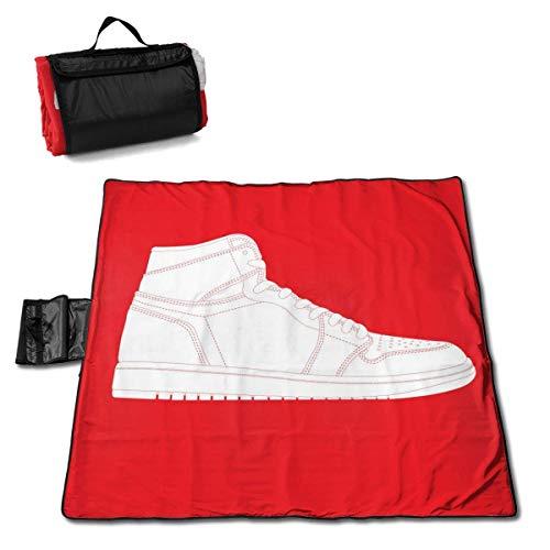Olie Cam Weißer Basketballschuh auf roter Hintergrund-Picknickdecke mit handgetragener sanddichter Picknickmatte im Freien
