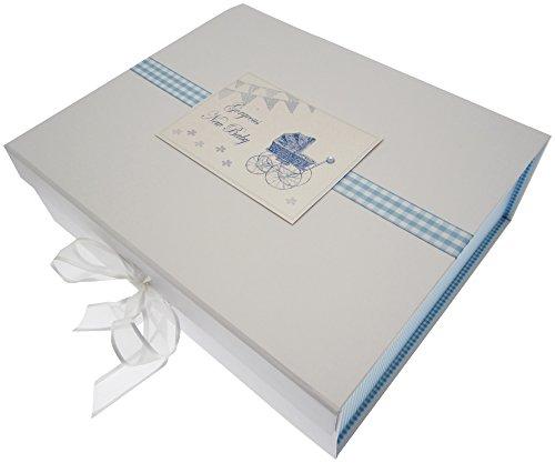 New Baby, grote box voor herinneringen, blauwe kinderwagen en wimpelketting.