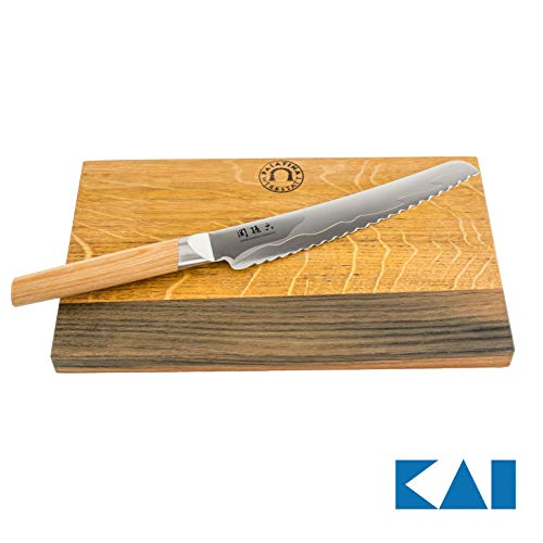 Exklusives Kai Seki Magoroku Composite Bundle, ultrascharfes Brotmesser (MGC-0405) 23 cm Klinge + von massives Schneidebrett aus Fassholz, 30x18 cm