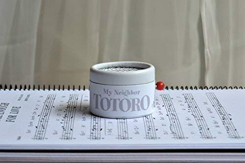 Boîte à musique à manivelle avec décors en blanc et mélodie du film 'Mon Voisin Totoro'. Parfaite pour offrir aux fans du film.