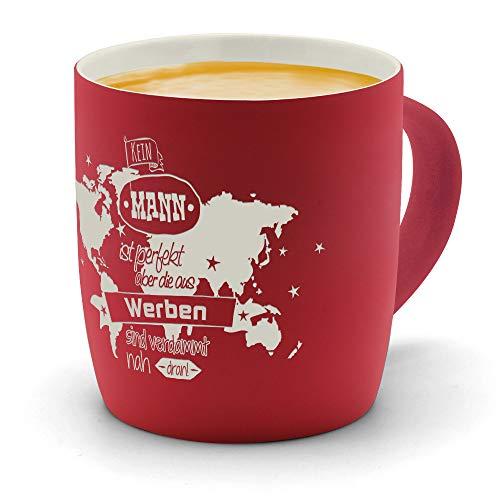 printplanet - Kaffeebecher mit Ort/Stadt Werben graviert - SoftTouch Tasse mit Gravur Design Keine Mann ist Perfekt, Aber. - Matt-gummierte Oberfläche - Farbe Rot