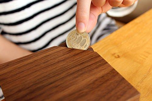 箱の一角に入った切れ目からコインを入れられます。500円玉なら約150枚貯められますよ。