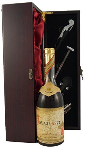 Tokaji Aszu 3 putts 1953 (50cl) in einer mit Seide ausgestatetten Geschenkbox. Da zu vier Wein Zubehör, Korkenzieher, Giesser, Kapselabschneider,Weinthermometer, 1 x 500ml