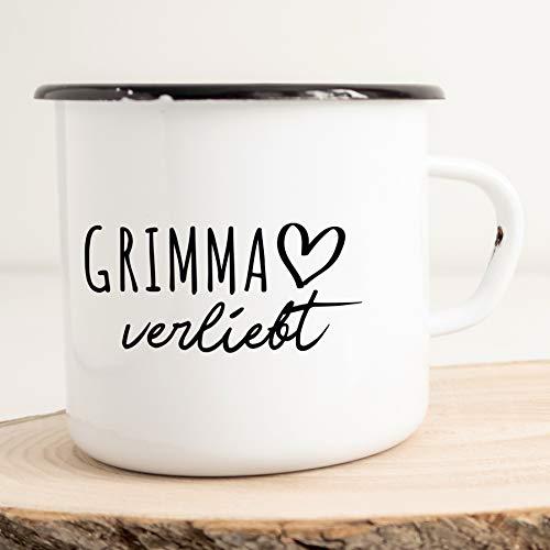 HELLWEG DRUCKEREI Emaille Tasse Grimma Verliebt Geschenk Idee für Frauen und Männer 300ml Retro Vintage Kaffee-Becher Weiß mit Stadt Namen für Freunde und Kollegen