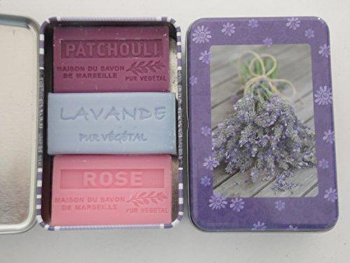 Boîte métallique à savon « Lavande de Provence » remplie de 3 savons de 60 g chacun de la marque La Maison du Savon de Marseille et la Savonnerie de Bormes Vegan