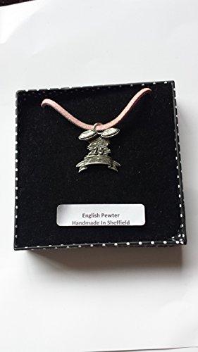 Colgante de peltre inglés C4 en forma de cordón rosa, hecho a mano, 41 cm, ajustable con orgullo en los detalles.