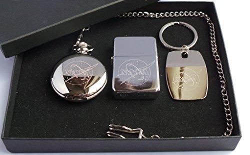 Nasa Logo Badge, la NASA, la NASA Insignia, la NASA GPO Groupe Coffret cadeau exclusif, plaqué argent, la NASA Logo, Ciseau de maçon pour de Londres, la moitié chasseur montre de poche, la NASA Logo, Briquet à essence en métal poli et plaqué argent porte-clés, la NASA, dans une boîte de présentation