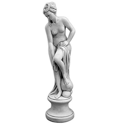gartendekoparadies.de Massive Steinfigur Statue Venus im Bad auf Podest aus Steinguss frostfest (Grau)