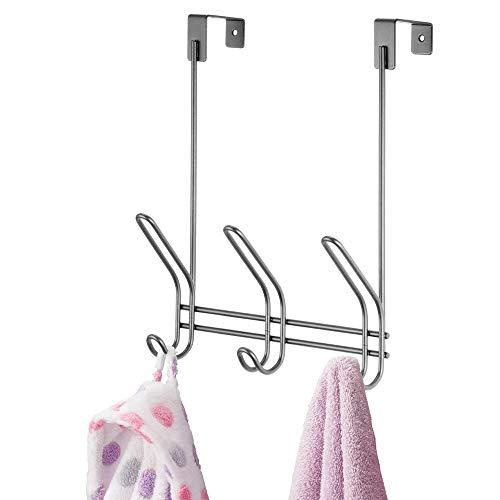 mDesign Colgador de ropa para puerta de metal – Práctico perchero de ropa para colgar con 3 ganchos dobles – Perchero de puerta para chaquetas, sombreros, etc. – Para el pasillo o dormitorio –